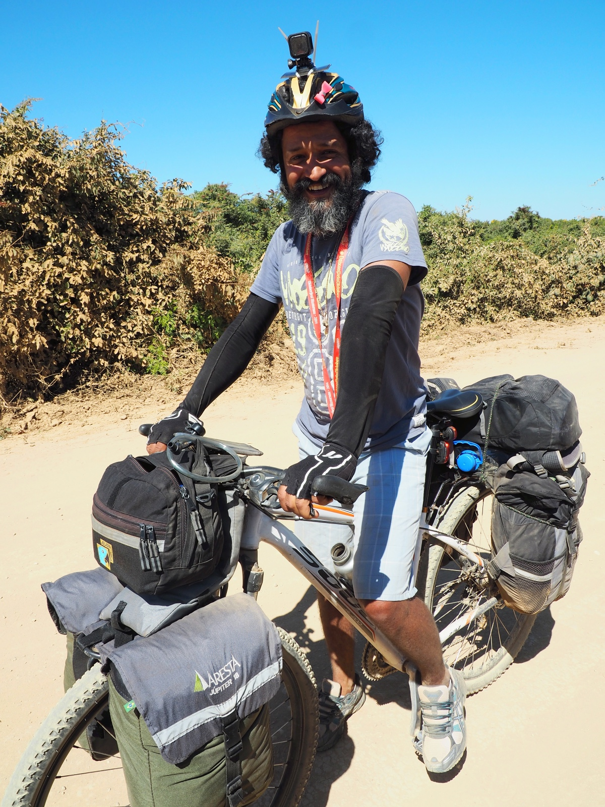 Milton with the bicycle on the Transpantaneira